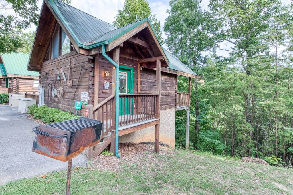 Photo of a Pigeon Forge Cabin named Arrowhead Log Cabin Resort: Wildwood Cabin - This is the second photo in the set.