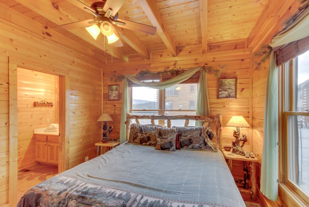 Photo of a Sevierville Cabin named Bearslide Inn Cabin - This is the twenty-eighth photo in the set.