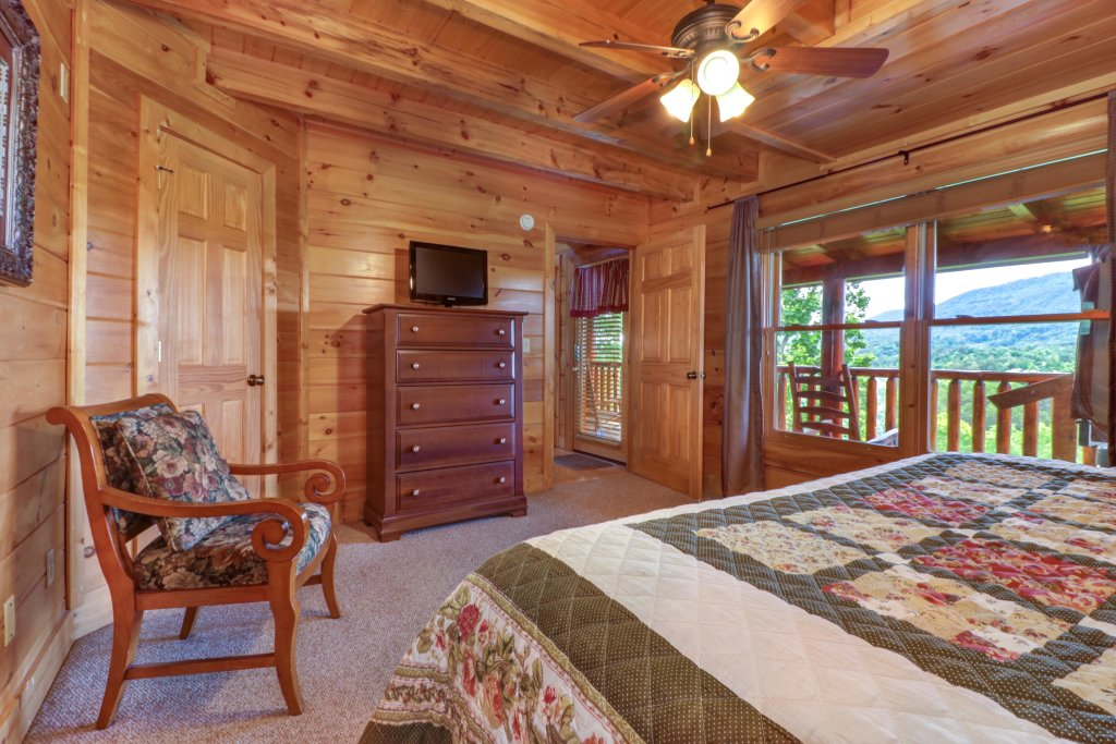 Photo of a Sevierville Cabin named Tranquility Vista - This is the eighteenth photo in the set.