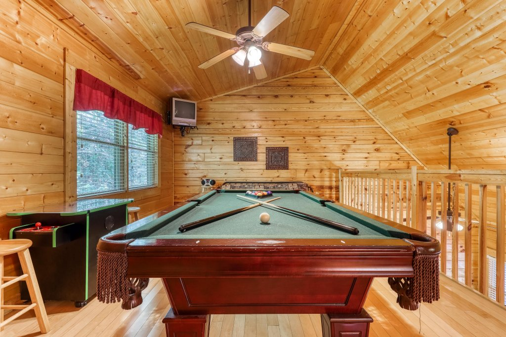 Photo of a Pigeon Forge Cabin named Arrowhead Log Cabin Resort: A Barefoot Landing Cabin - This is the first photo in the set.