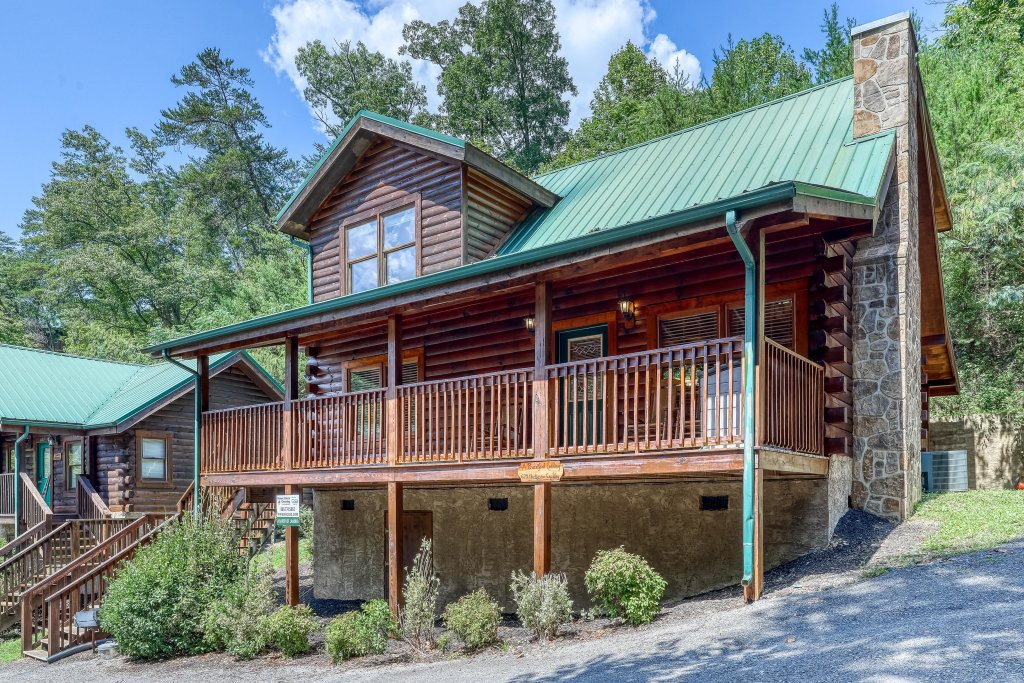 Photo of a Pigeon Forge Cabin named Arrowhead Log Cabin Resort: A Barefoot Landing Cabin - This is the second photo in the set.
