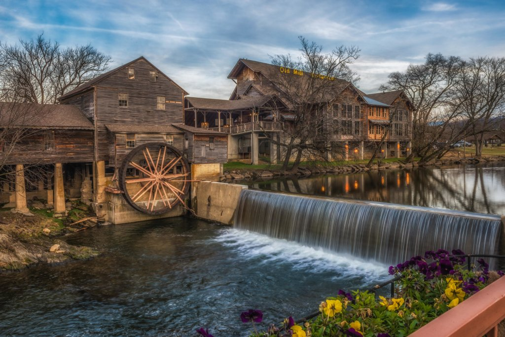 Photo of a Pigeon Forge Cabin named Arrowhead Log Cabin Resort: A Barefoot Landing Cabin - This is the forty-second photo in the set.