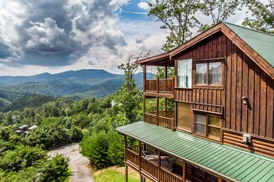 Impressive cabin with 3 decks, outdoor patio, pool table, & free passes to local attractions