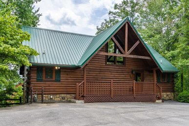 Charming cabin with mountain views, hot tub, pool table, and free passes to local attractions.