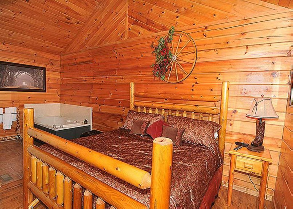Photo of a Sevierville Cabin named She Thinks My Tractor's Sexy - This is the eleventh photo in the set.