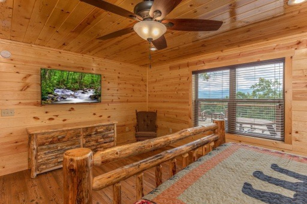 Photo of a Gatlinburg Cabin named Floor'd By The View - This is the seventeenth photo in the set.