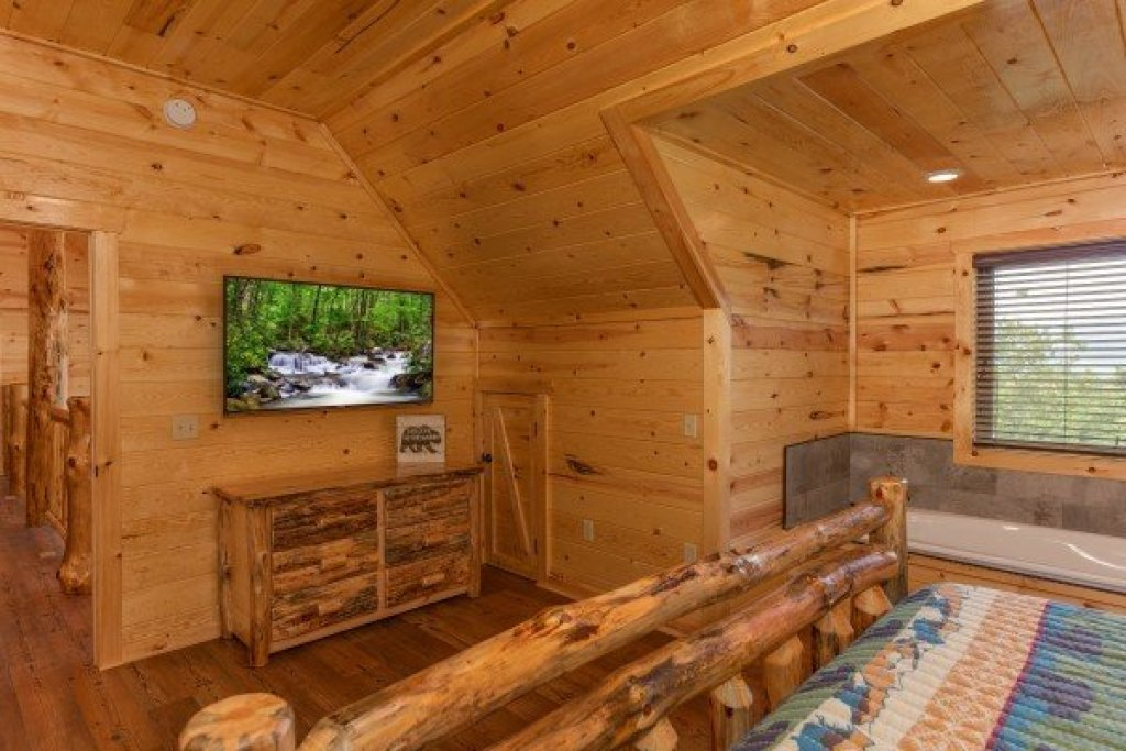 Photo of a Gatlinburg Cabin named Floor'd By The View - This is the twenty-fourth photo in the set.