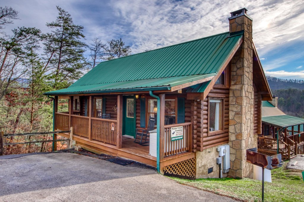 Photo of a Pigeon Forge Cabin named Arrowhead Log Cabin Resort: Cuddly Bear Hideaway Cabin - This is the first photo in the set.