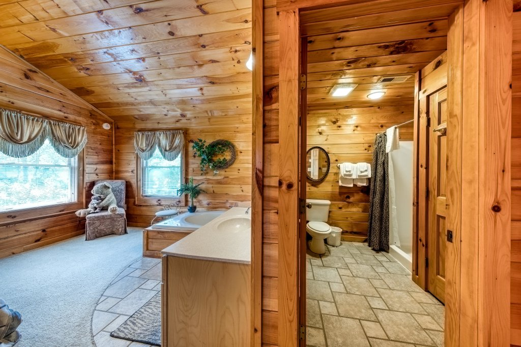 Photo of a Pigeon Forge Cabin named Arrowhead Log Cabin Resort: Papaw's Bear Den Cabin - This is the twentieth photo in the set.