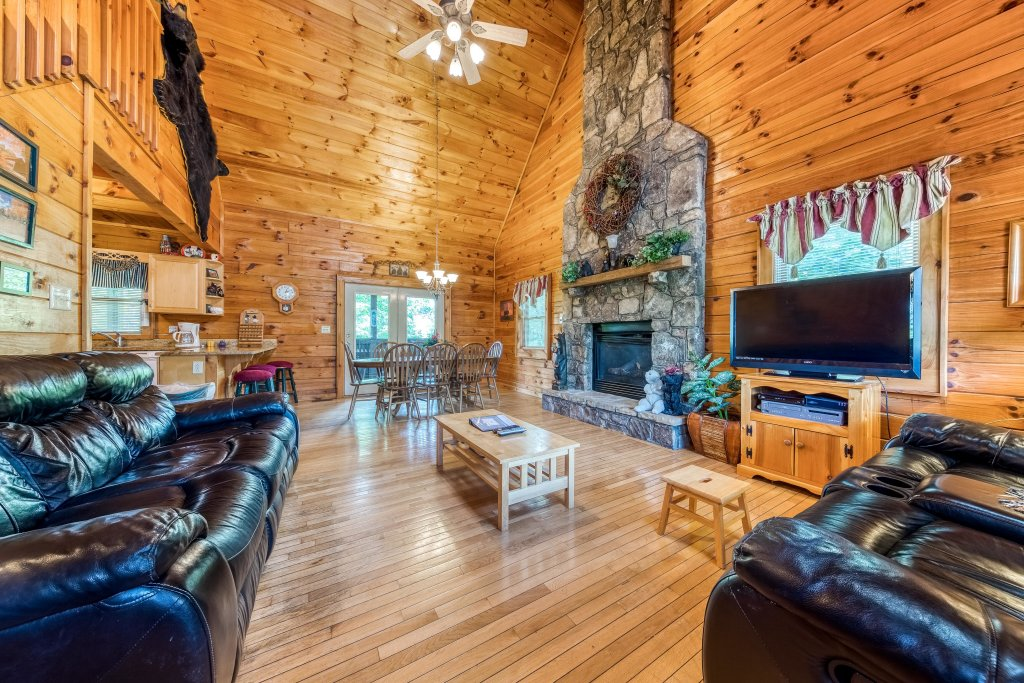 Photo of a Pigeon Forge Cabin named Arrowhead Log Cabin Resort: Papaw's Bear Den Cabin - This is the fifth photo in the set.