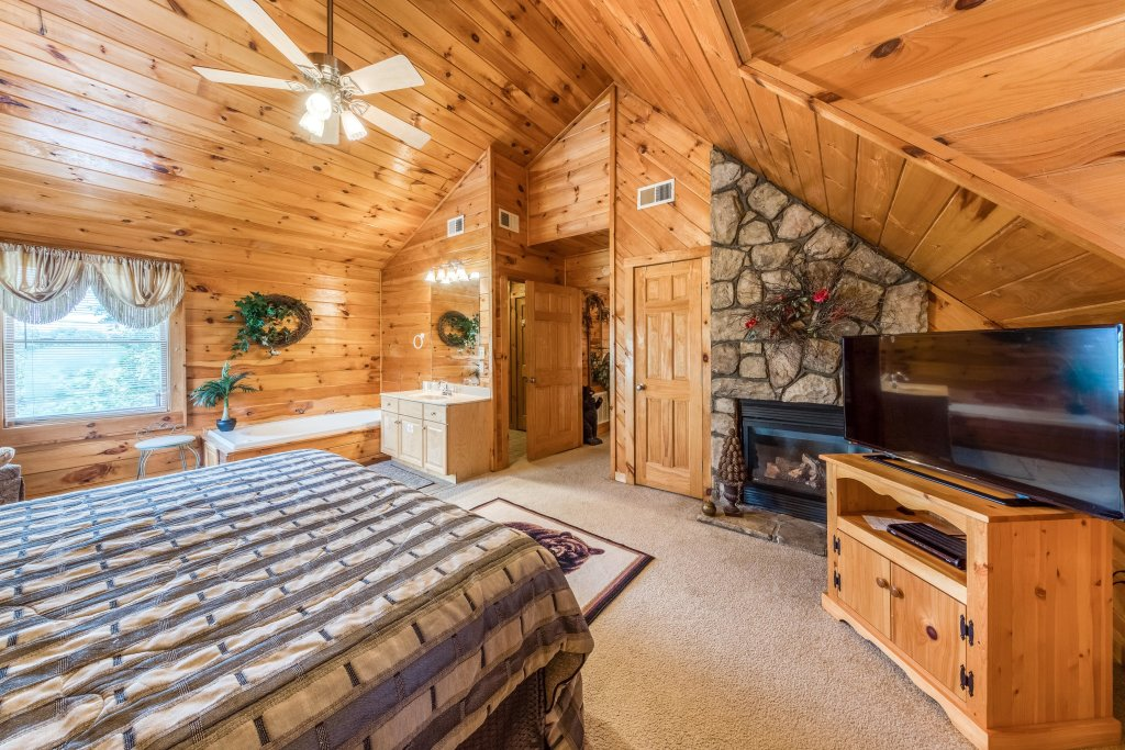 Photo of a Pigeon Forge Cabin named Arrowhead Log Cabin Resort: Papaw's Bear Den Cabin - This is the sixteenth photo in the set.