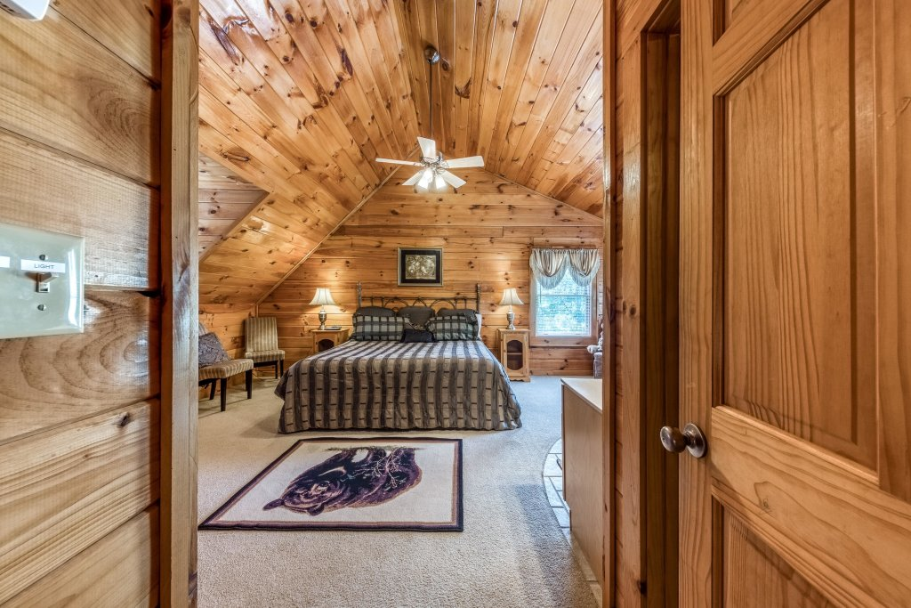 Photo of a Pigeon Forge Cabin named Arrowhead Log Cabin Resort: Papaw's Bear Den Cabin - This is the twenty-first photo in the set.