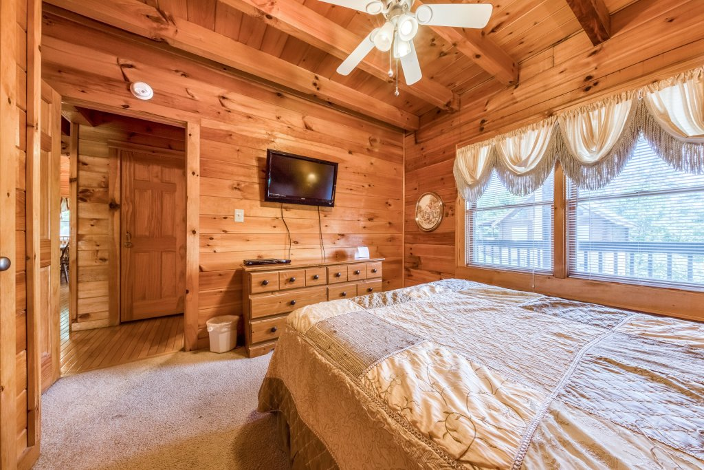 Photo of a Pigeon Forge Cabin named Arrowhead Log Cabin Resort: Papaw's Bear Den Cabin - This is the twenty-eighth photo in the set.
