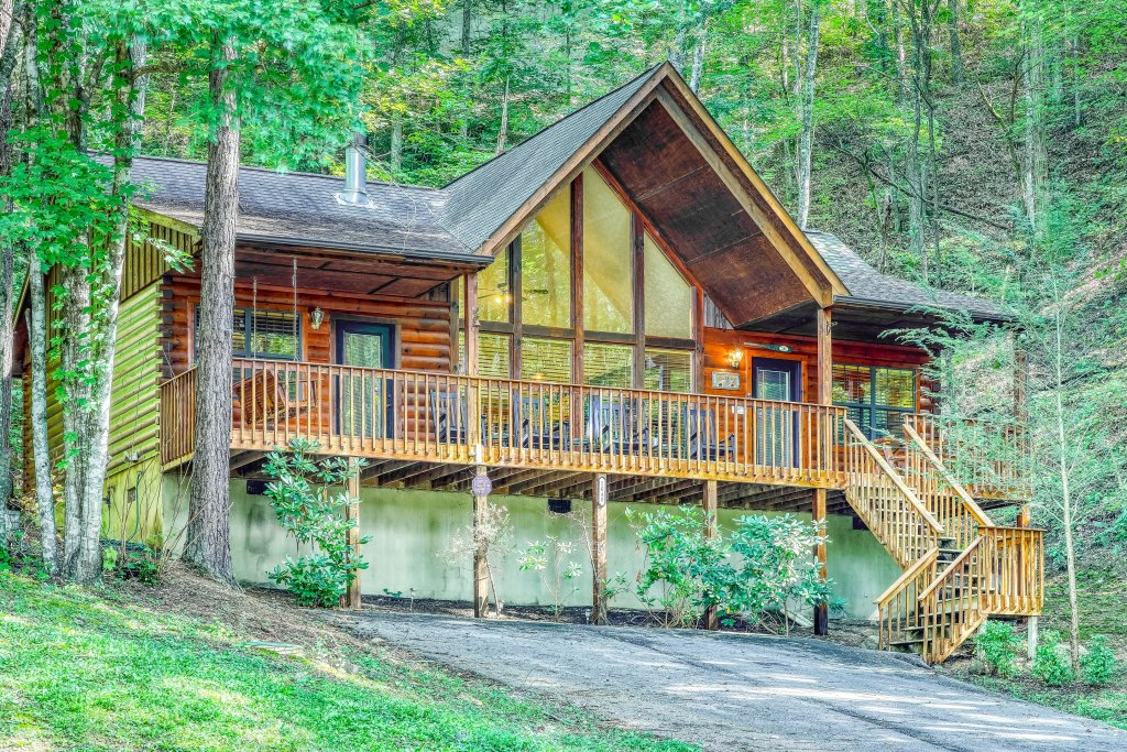 Photo of a Sevierville Cabin named Playin' Hookie - This is the first photo in the set.