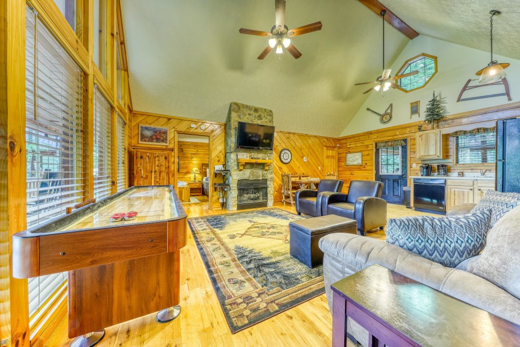 Photo of a Sevierville Cabin named Playin' Hookie - This is the second photo in the set.