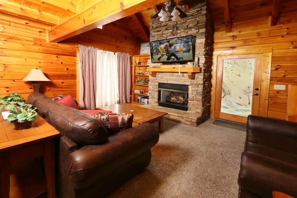 Photo of a Pigeon Forge Cabin named Snow Bear - This is the second photo in the set.
