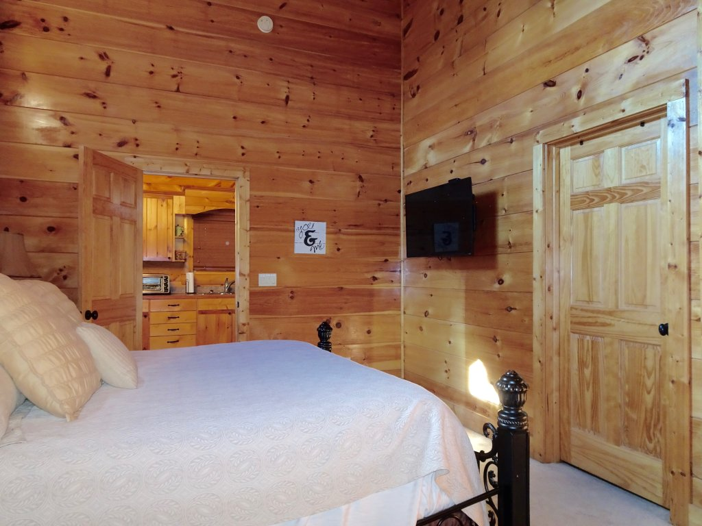 Photo of a Gatlinburg Cabin named Skinny Dippin - This is the fourth photo in the set.