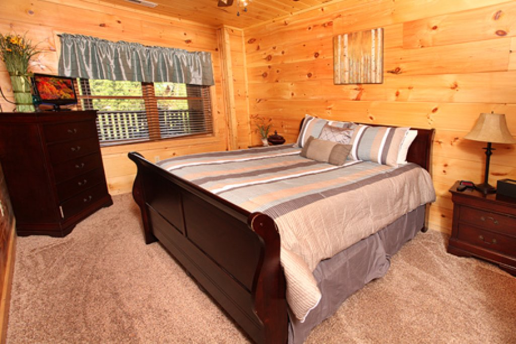 Photo of a Sevierville Cabin named Off The Clock - This is the eighth photo in the set.