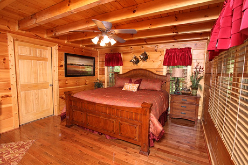 Photo of a Sevierville Cabin named Off The Clock - This is the sixth photo in the set.