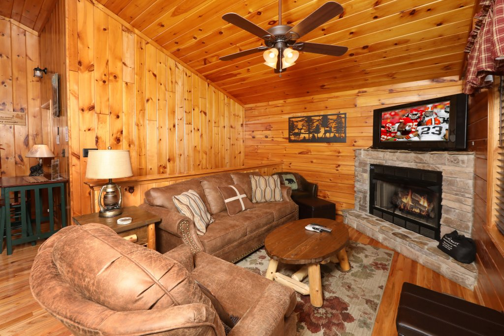 Photo of a Pigeon Forge Cabin named Just Hanging Out - This is the third photo in the set.