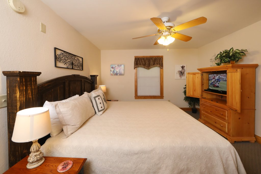 Photo of a Pigeon Forge Chalet named Oak Tree Lodge (#3) - This is the twenty-fifth photo in the set.