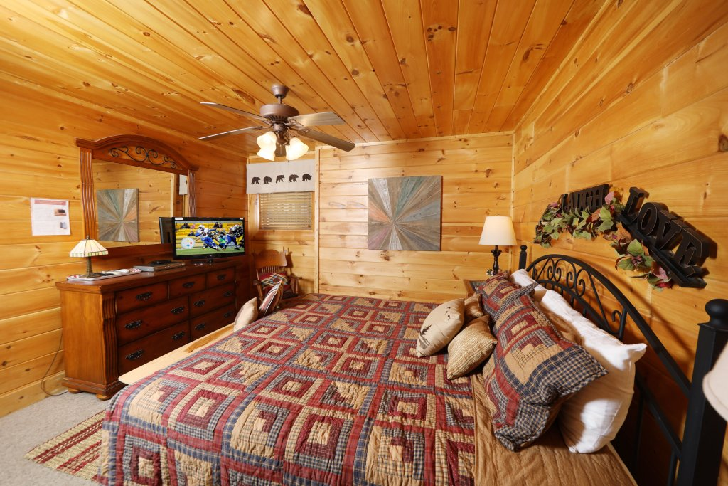 Photo of a Sevierville Cabin named Celebration Lodge - This is the sixteenth photo in the set.