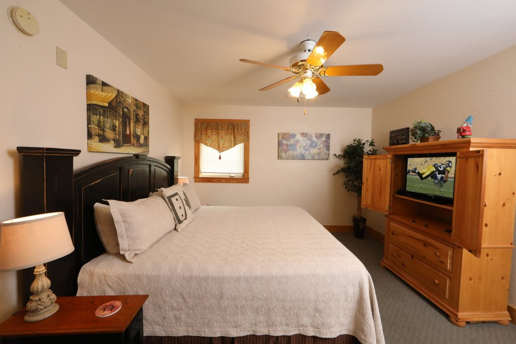 Photo of a Pigeon Forge Chalet named Oak Tree Lodge (#3) - This is the nineteenth photo in the set.