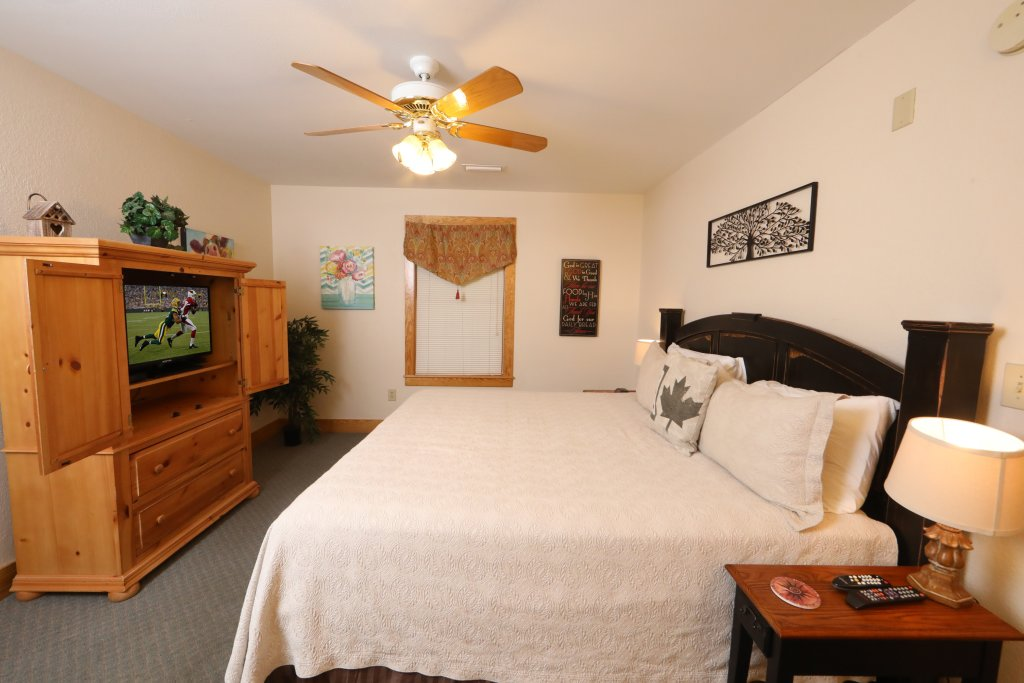 Photo of a Pigeon Forge Chalet named Oak Tree Lodge (#3) - This is the twenty-first photo in the set.