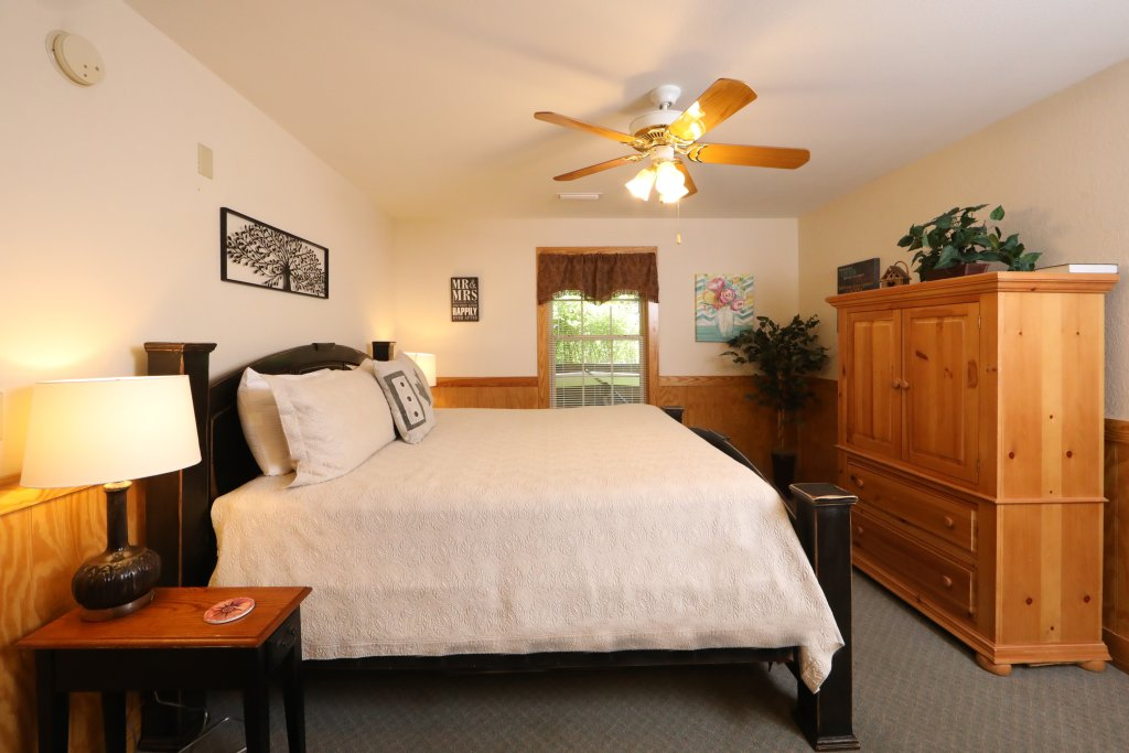 Photo of a Pigeon Forge Chalet named Oak Tree Lodge (#3) - This is the eighth photo in the set.
