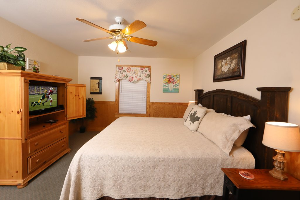 Photo of a Pigeon Forge Chalet named Oak Tree Lodge (#3) - This is the fifteenth photo in the set.