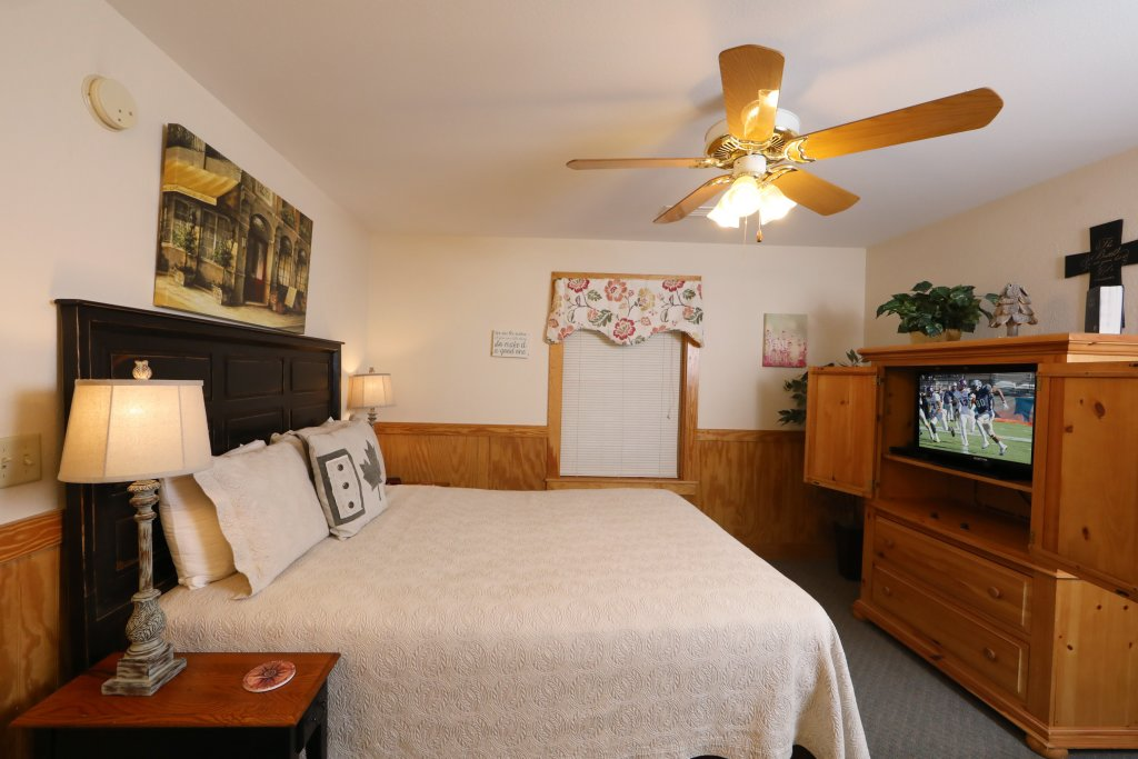 Photo of a Pigeon Forge Chalet named Oak Tree Lodge (#3) - This is the seventeenth photo in the set.