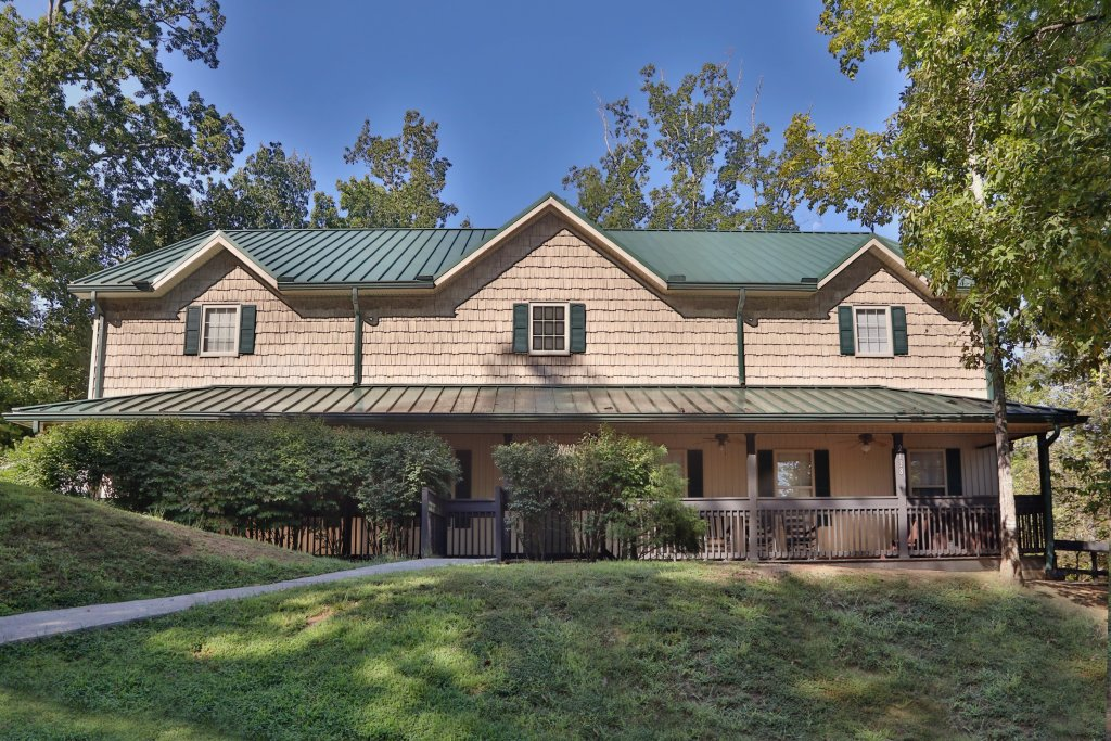 Photo of a Pigeon Forge Chalet named Oak Tree Lodge (#3) - This is the first photo in the set.