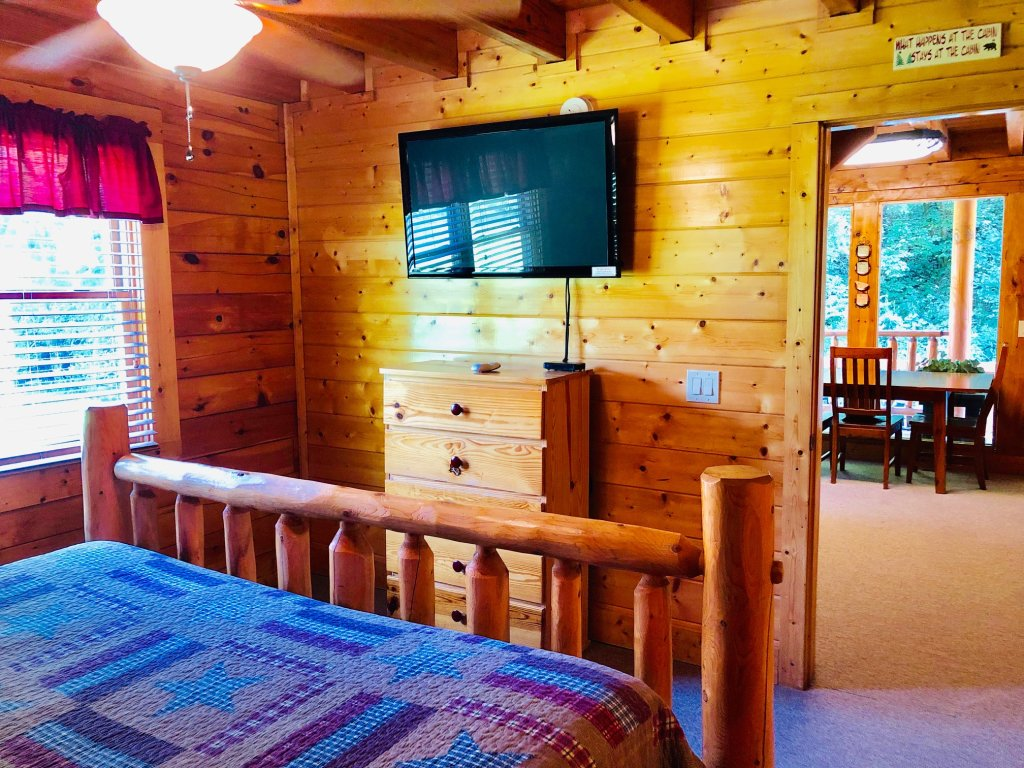 Photo of a Pigeon Forge Cabin named Creekside Dreams - This is the fifth photo in the set.