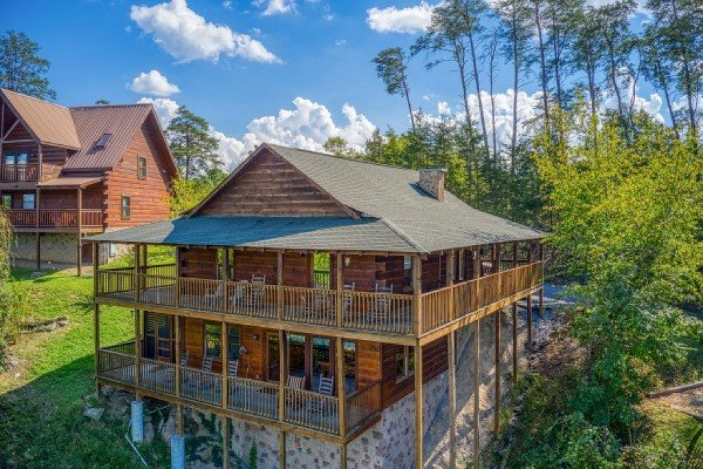 Photo of a Pigeon Forge Cabin named Bear Country - This is the first photo in the set.