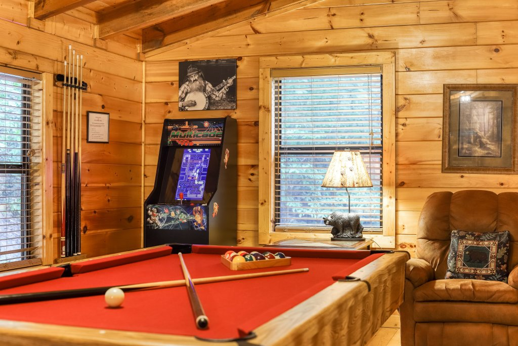 Photo of a Pigeon Forge Cabin named Grin And Bear It - This is the fourth photo in the set.