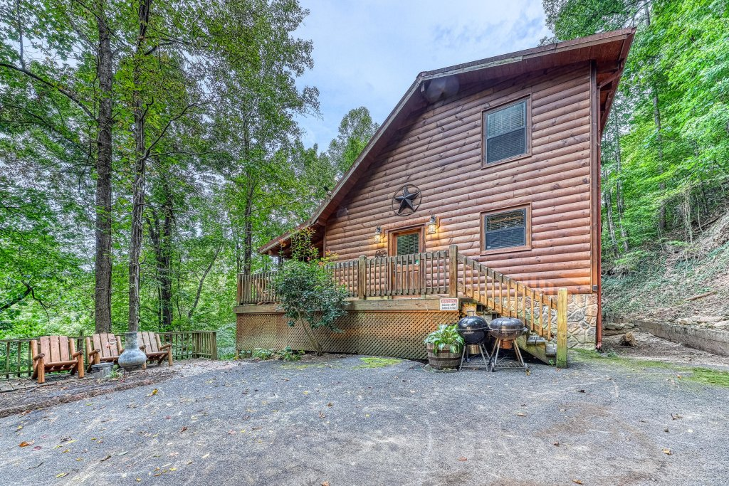 Photo of a Pigeon Forge Cabin named Grin And Bear It - This is the first photo in the set.