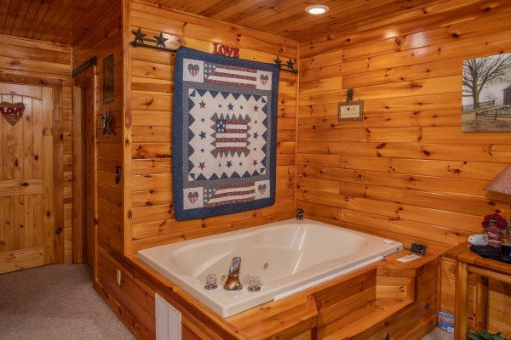 Photo of a Pigeon Forge Cabin named Bear Country - This is the tenth photo in the set.