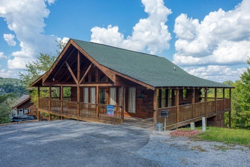 Photo of a Pigeon Forge Cabin named Bear Country - This is the second photo in the set.