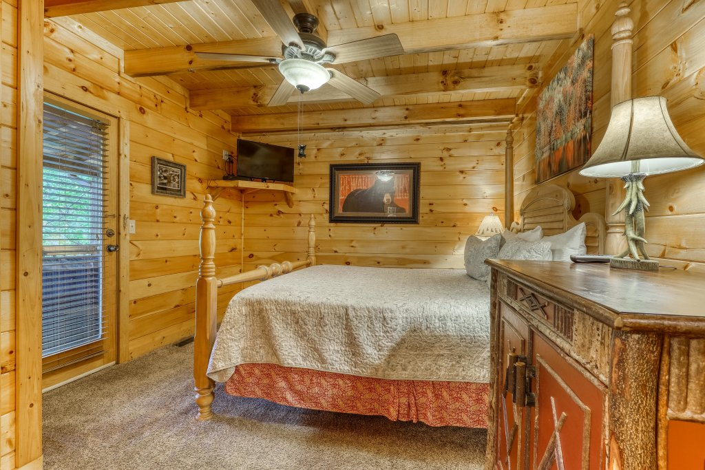 Photo of a Pigeon Forge Cabin named Grin And Bear It - This is the twenty-third photo in the set.
