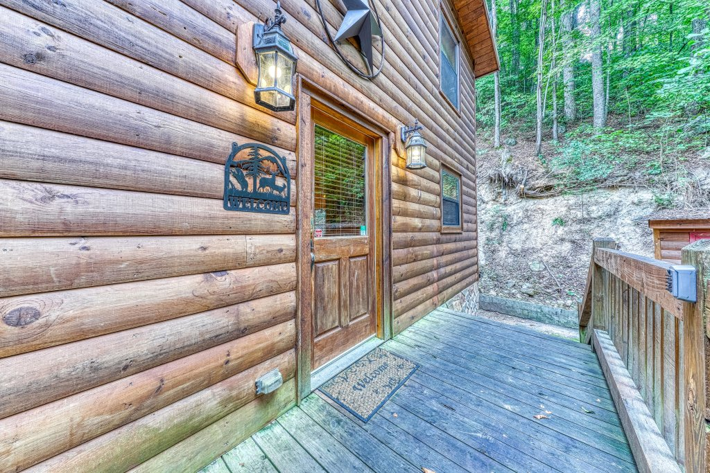Photo of a Pigeon Forge Cabin named Grin And Bear It - This is the thirty-ninth photo in the set.