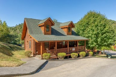 3 Bedroom, 2 Bath Luxury Cabin For 8 Near A Stream With Beautiful Surroundings.