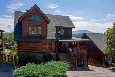 A 4 Bedroom, 4.5 Bath Luxury Cabin For 10 With A Pool Table, Hot Tub, And Views.
