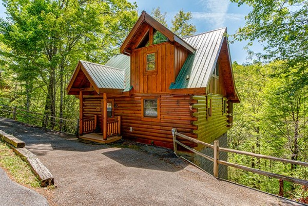 Photo of a Gatlinburg Cabin named Dancing Bearfoot - This is the first photo in the set.