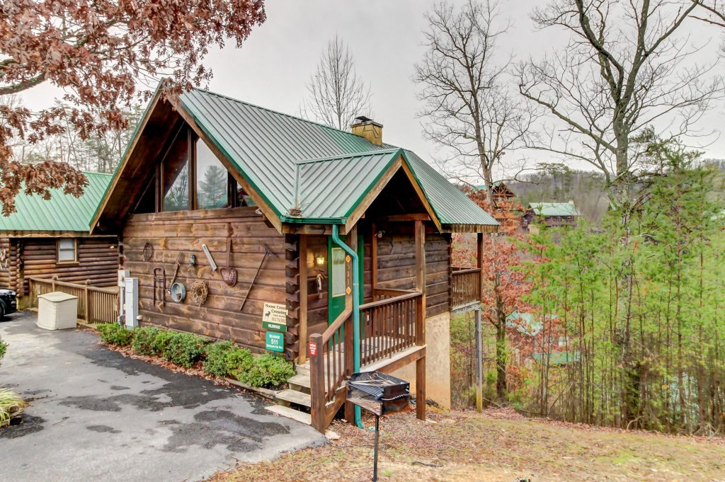 Photo of a Pigeon Forge Cabin named Arrowhead Log Cabin Resort: Wildwood Cabin - This is the first photo in the set.