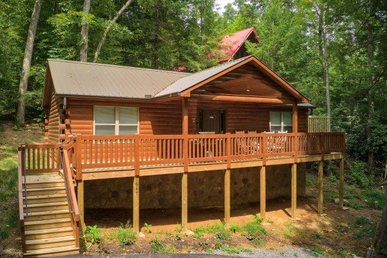2 Bedroom, 2 Bath Luxury Cabin For 10 With Unique Bunk Room And Easy Access.