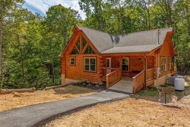 A 3 Bedroom, 3 Bath, Luxury Plus Cabin For 8. Easy Access With No Mountain Roads