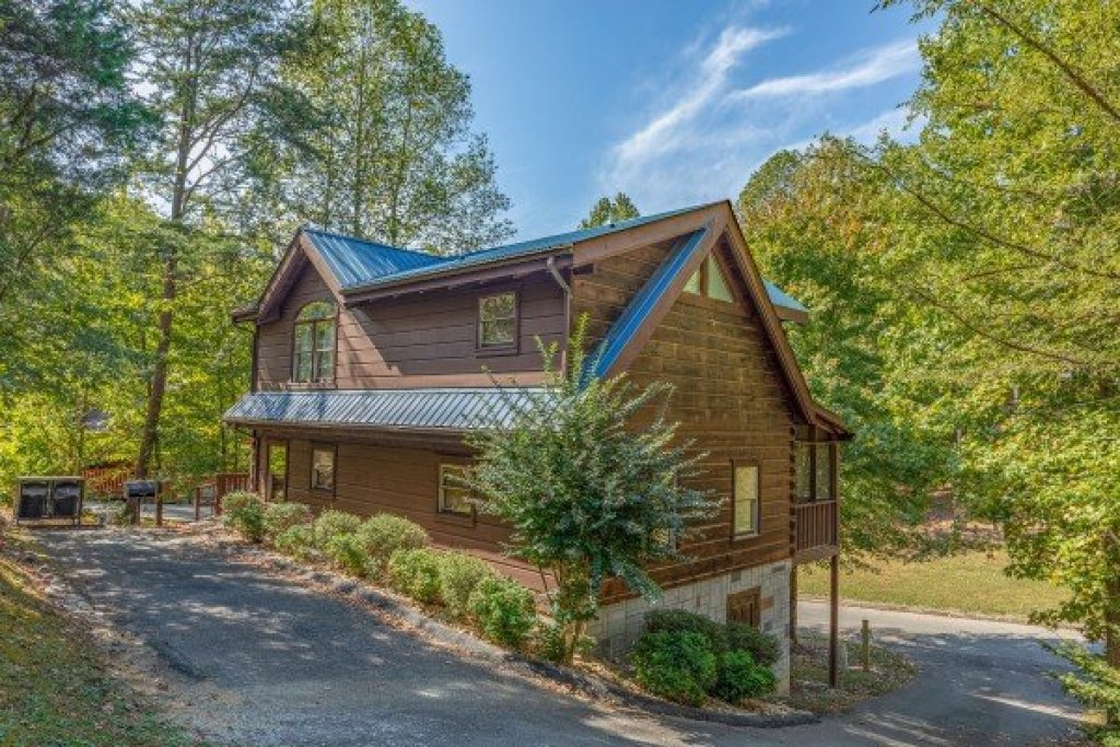 Photo of a Pigeon Forge Cabin named Dances With Wolves - This is the first photo in the set.
