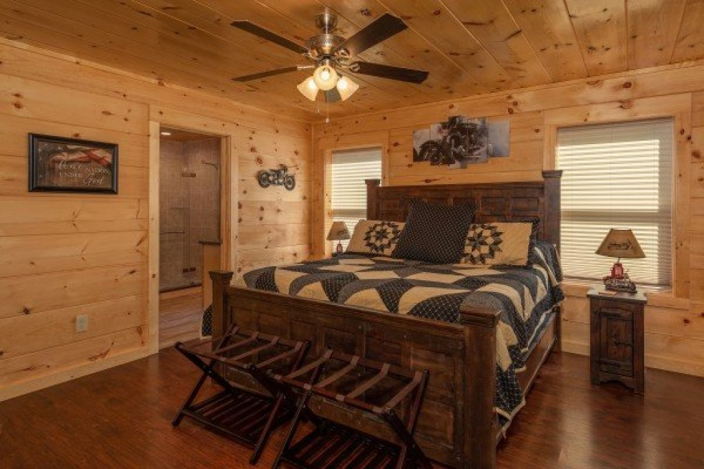 Photo of a Pigeon Forge Cabin named Gar Bear's Hideaway - This is the sixteenth photo in the set.