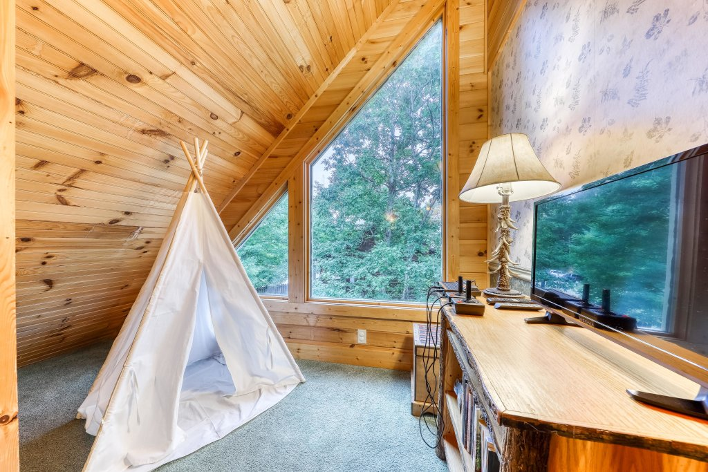 Photo of a Sevierville Cabin named Teddy Bear Lodge - This is the twenty-eighth photo in the set.
