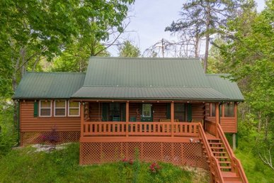 1 Bedroom, 1 Bath Charming Couples Getaway Cabin With A Pool Table & Hot Tub.